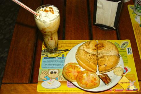 Milkshake de guavira e X-jacaré: uma das combinações mais pedidas. Imagem: Erik Pzado