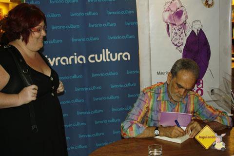 Janaína Calaça aguardando o autógrafo de Maurício Kubrusly para o Jeguiando. Imagem: Erik Pzado