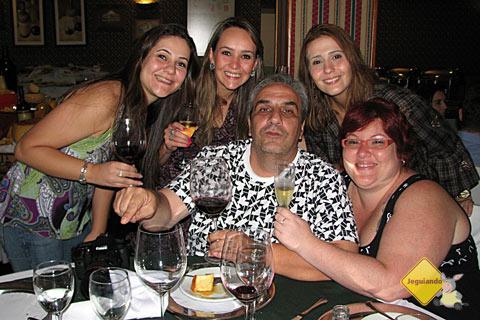 Carol May (Wiii), Julie Fank, João Aguiar, Clarissa Donda (Capitu) e Jana Calaça. Noite Italiana, Hotel Bella Itália. Imagem: Jeguiando