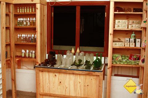 Itens para perfumar ambientes e voltados para o corpo também fazem parte da proposta do Armazém do João. Imagem: Erik Pzado