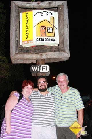 Jana Calaça, Erik Pzado e seu Luiz Octávio, proprietário do Bonito Hostel. Imagem: Jeguiando