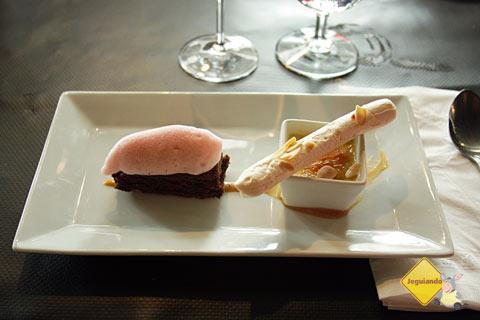 Brownie de chocolate, espuma de morango, crème brûlée e suspiro. Sobremesa. Imagem: Erik Pzado