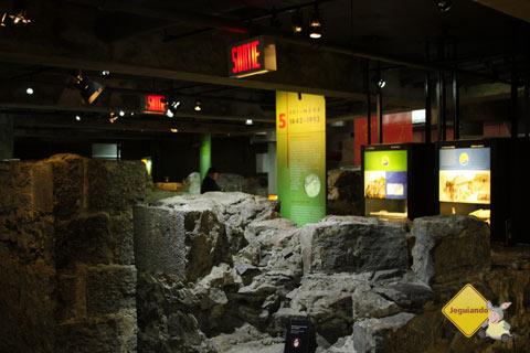 O museu Pointe-à-Calliére foi construído acima de um antigo sítio arqueológico de Montréal. Imagem: Erik Pzado