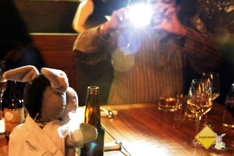 ... Foi fotografado se escorando em uma garrafa. #vergonhaalheia Imagem: Erik Pzado