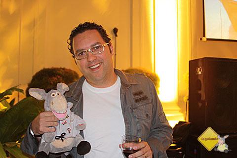 Jegueton, mascote do blog Jeguiando, e Márcio Nel Cimatti, do blog A Janela Laranja. Lançamento dos guias Lonely Planet em língua portuguesa. Imagem: Janaína Calaça