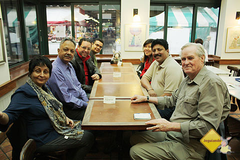 (À esq.) Smita e Kishore Iyengar, Márcio Nel Cimatti, Erik Pzado. (À dir.) Doug English, B.H. Kasinath e Linlin Sun. Imagem: Janaína Calaça