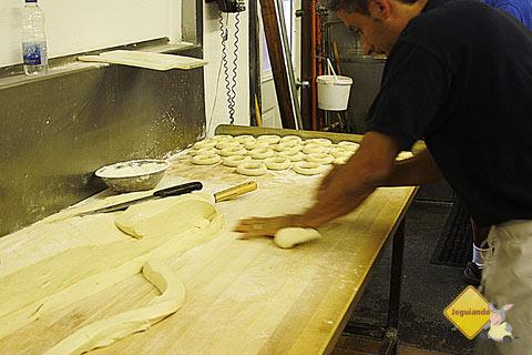 Bagels em produção. St-Viateur Bagel, Montréal, Canadá. Imagem: Erik Pzado