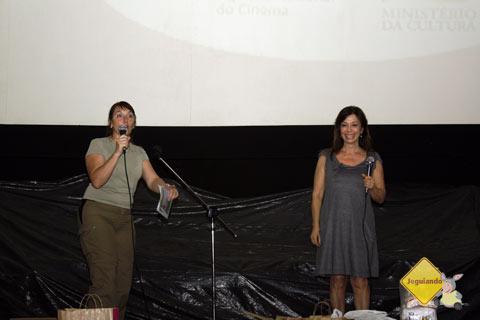 Vera Sanada, organizadora do evento, no palco com Rosário Boyer, que concorreu com seu curta Tango. Imagem: Erik Pzado