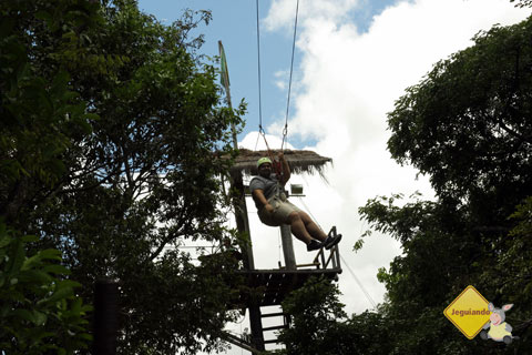 Erik na tirolesa no Parque Ecológico do Monjolinho. Imagem: Janaína Calaça