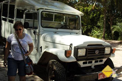 Veículo do Bahia Adventure faz o transporte até as sedes dos passeios. Praia do Forte, Bahia. Imagem: Janaína Calaça