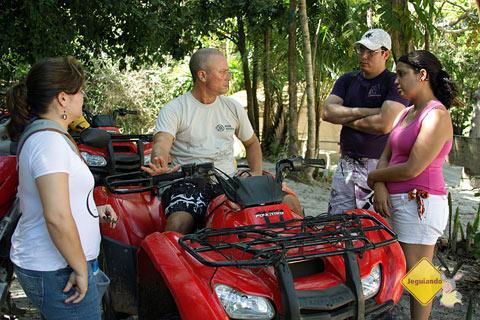 Clara, instrutor Hector, Tony e Ana. Instruções antes de pegar a estrada de terra. Praia do Forte, BA. Imagem: Janaína Calaça