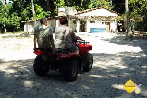 Hector Guazzo, instrutor do Bahia Adventure, explica as regras para um passeio seguro e avalia o desempenho dos visitantes. Imagem: Clara Miyagui