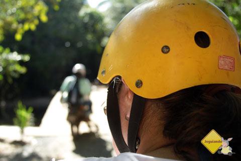 Clara conduzindo o quadriciclo na Reserva da Sapiranga até o Rio Pojuca. Praia do Forte, Bahia. Imagem: Janaína Calaça