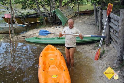Hector Guazzo dá as instruções do passeio de caiaque para o grupo. Imagem: Janaína Calaça