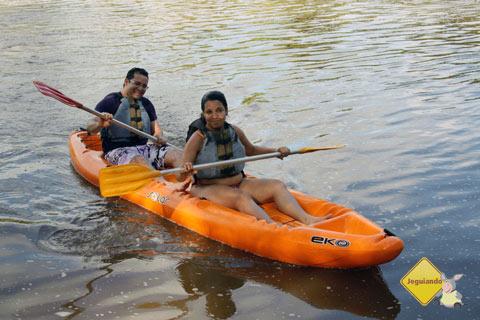 Ana e Tony no passeio de caiaque no Rio Pojuca, Bahia. Imagem: Janaína Calaça