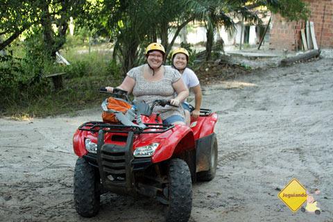 Jana Calaça e Clara Miyagui de volta da aventura com o quadriciclo pela Reserva da Sapiranga. Praia do Forte, Bahia. Imagem: Jeguiando