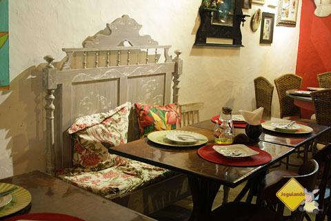 Peças como a cabeceira de uma cama antiga são reiventadas na decoração do Restaurante Terreiro Bahia, da chef baiana Tereza Paim. Praia do Forte, BA. Imagem: Janaína Calaça