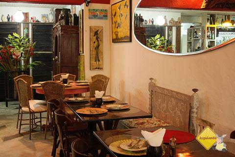 Cores vibrantes, chita, palha e peças artesanais dão o tom do Restaurante Terreiro Bahia, da chef baiana Tereza Paim. Praia do Forte, BA. Imagem: Janaína Calaça
