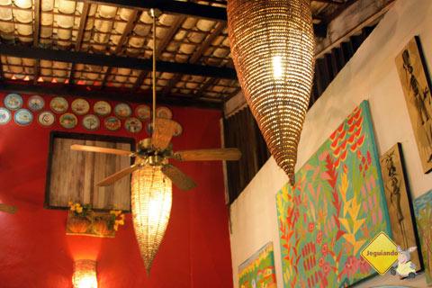 Luminárias. Restaurante Terreiro Bahia, da chef baiana Tereza Paim. Praia do Forte, BA. Imagem: Janaína Calaça