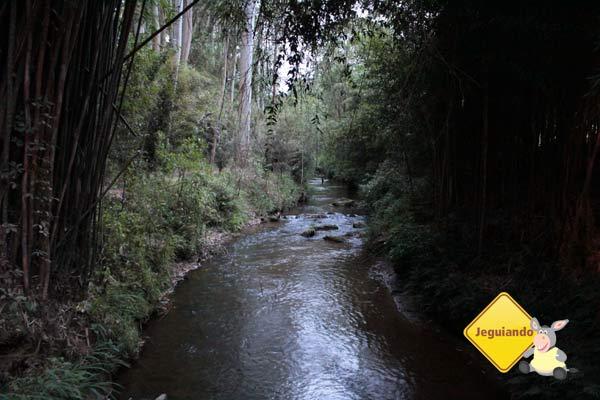 Rio que corta a propriedade, onde é possível se banhar. Imagem: Erik Pzado