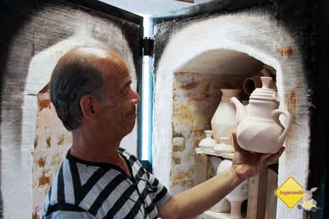 José Carlos Carvalho mostra uma de suas peças prontas para irem ao forno. Imagem: Erik Pzado
