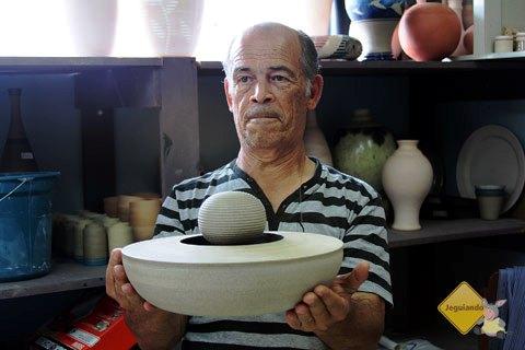 Carvalho mostra uma de suas peças que trazem a ilusão de ótica como inspiração. Imagem: Erik Pzado