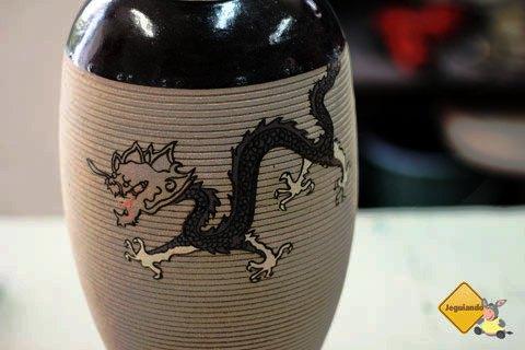 Técnica em cerâmica: esgrafito com colagem. Ateliê Carvalho Cerâmica, Cunha, São Paulo. Imagem: Erik Pzado