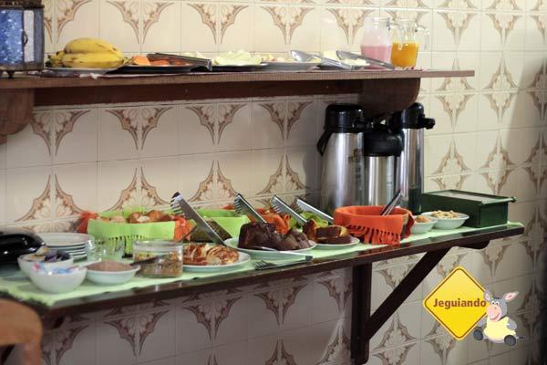 Bolos, biscoitinhos, pães, geleias e muito mais fazem parte do café da manhã da Pousada do Ó, em Tiradentes, MG. Imagem: Erik Pzado