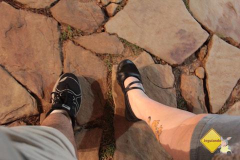 Deixe o salto em casa! Calçados anti-derrapantes e confortáveis são essenciais para caminhar pelas ruas de Tiradentes, MG. Imagem: Erik Pzado