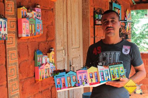 Juliano e sua esposa Adriana são os artistas que assinam o colorido das Casinhas. Bichinho, MG. Imagem: Erik Pzado