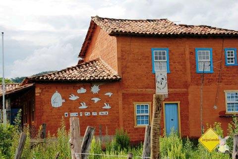 """""""O mundo é pra ser voado"""". Dizeres na parede da casa. Imagem: Erik Pzado"""