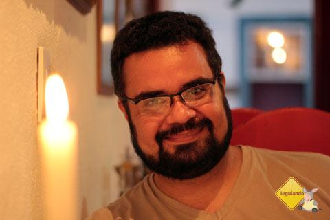 Erik à luz de velas. Restaurante Spaguetti, Tiradentes, MG. Imagem: Janaína Calaça