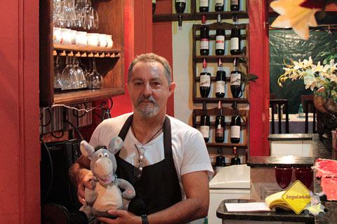 Seu Isaías, o divertido garçom e bom entendedor de vinhos da cantina Spaguetti. Imagem: Erik Pzado