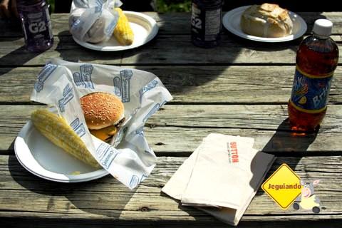 Churrasco típico norte-americano: hamburguer e sweet corn (milho adocicado). Imagem: Erik Pzado