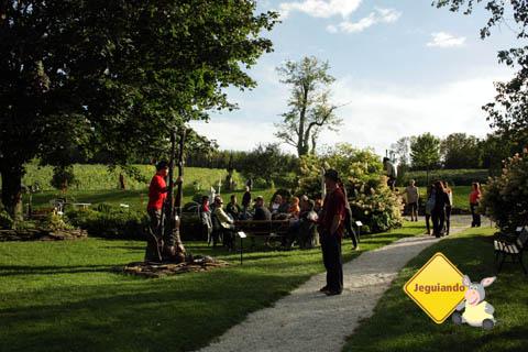 Visitantes, muitas vezes, passam o dia inteiro na vinícola, aproveitando o clima bucólico e os dias de sol. Imagem: Erik Pzado