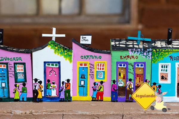 Casa das Casinhas, o colorido do cotidiano talahdo em madeira. Bichinho, MG. Imagem: Erik Pzado