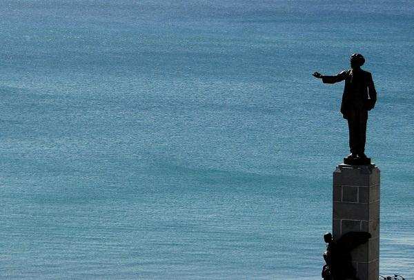 Estátua de Castro Alves saudando a Baía de Todos os Santos. Salvador, BA. Imagem: Janaína Calaça