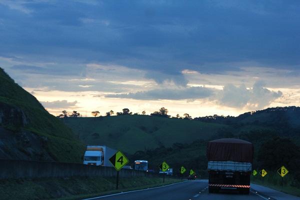 A noite aos poucos cais na estrada. Imagem: Janaína Calaça