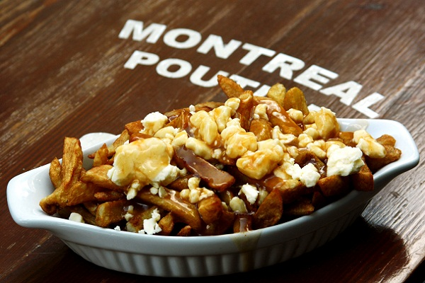 Poutine: originado no Québec, leva batatas fritas, molho e queijo. Imagem: Erik Pzado