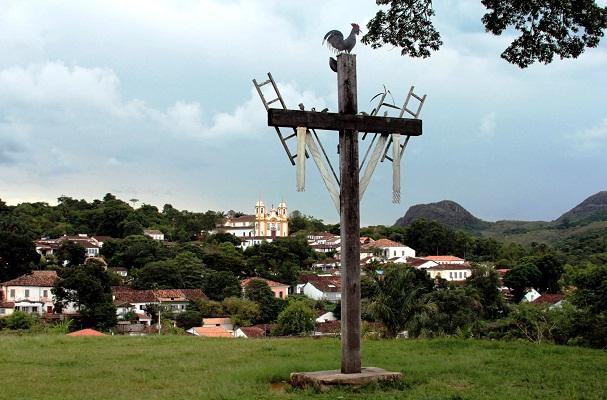 Do alto, a cidade desponta. Tiradentes, Minas Gerais. Imagem: Erik Pzado