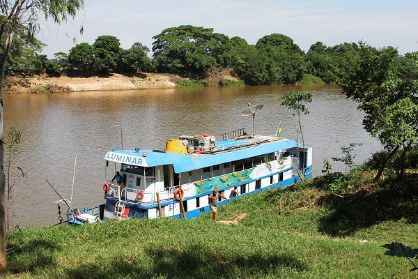 Barco no Cinema no Rio São Francisco em Barra do Guaicuí, MG. Imagem: Janaína Calaça