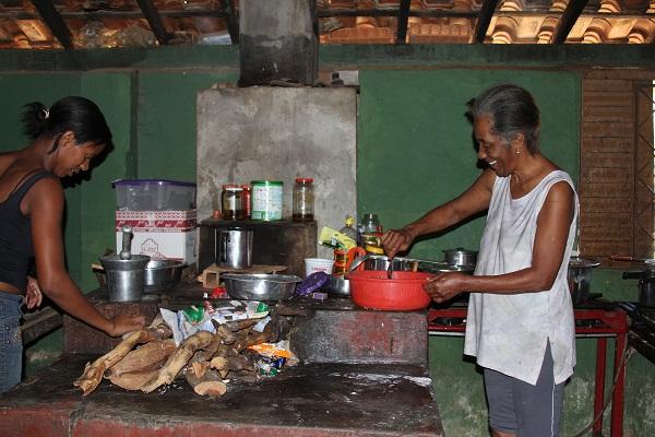 Na labuta diária, no calor do fogão à lenha. Imagem: Janaína Calaça