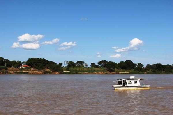 Acordei com o céu azul e o barulho dos motores dos barcos, a navegar o Velho Chico. Imagem: Janaína Calaça