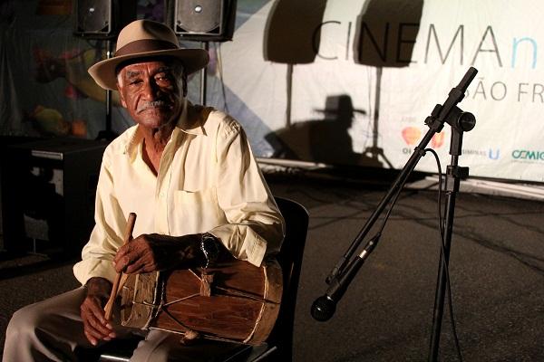 Canções antigas em mãos antigas. Imagem: Janaína Calaça