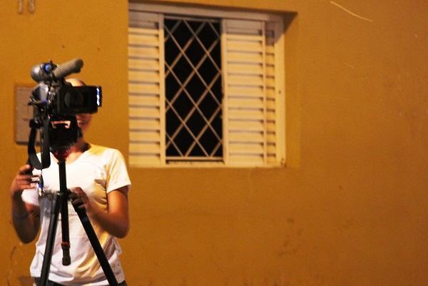 Anninha entre as janelas. Imagem: Janaína Calaça