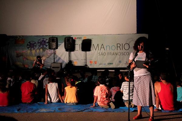 Iasmim e as crianças no Cinema no Rio São Francisco. Ibiaí, MG. Imagem: Janaína Calaça