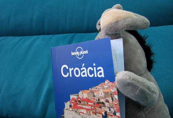 Jegueton lendo seu guia Lonely Planet da Croácia. Imagem: Janaína Calaça