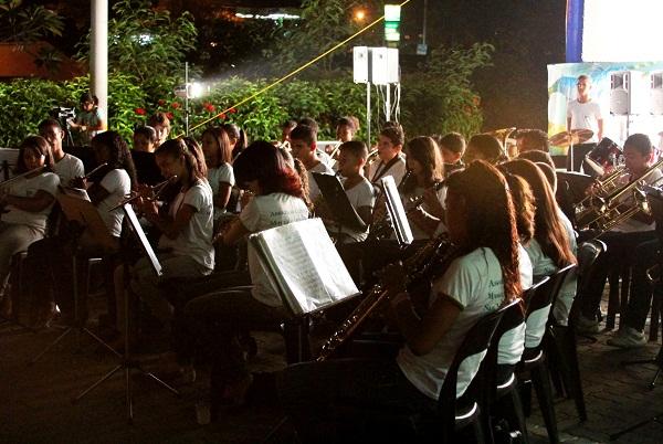 Banda da cidade de Pirapora, composta por crianças e regida pelo maestro Alex. Imagem: Janaína Calaça
