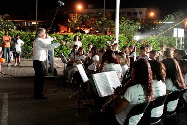 Maestro Alex, regendo a banda da cidade de Pirapora, MG. Imagem: Janaína Calaça