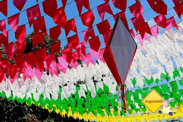 Bandeirolas enfeitando a Vila dos Pescadores. Imagem: Erik Pzado